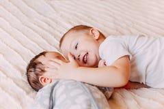 Brat i jego rozochocony małej siostry lying on the beach na łóżkowej dziewczynie ziewamy obrazy stock