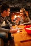Brat i siostra ma zabawy karta do gry grę w domu Obrazy Royalty Free