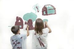 Brat i siostra maluje obrazek Obrazy Royalty Free