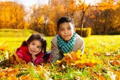 Brat i siostra na jesień gazonie Fotografia Stock