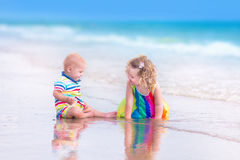 Brat i siostra na plaży Fotografia Royalty Free