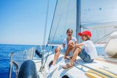 Brat i siostra na pokładzie żeglowanie jachtu na lecie pływamy statkiem Podróżuje przygodę, jachting z dzieckiem na rodzinnym wak Obrazy Royalty Free