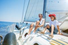 Brat i siostra na pokładzie żeglowanie jachtu na lecie pływamy statkiem Podróżuje przygodę, jachting z dzieckiem na rodzinnym wak Fotografia Royalty Free