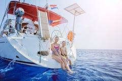 Brat i siostra na pokładzie żeglowanie jachtu na lecie pływamy statkiem Podróżuje przygodę, jachting z dzieckiem na rodzinnym wak Obraz Stock