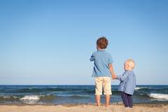 Brat i siostra na spacerze blisko morza Fotografia Stock