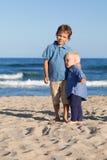 Brat i siostra na spacerze blisko morza Zdjęcie Royalty Free