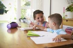 Brat I siostra Robi pracie domowej Przy stołem zdjęcie stock