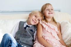 Brat i siostra siedzimy na kanapie obrazy stock