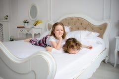 Brat i siostra szkoła podstawowa starzejemy się sztuk psoty na łóżku Obraz Stock