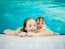 Brat i siostra w basenie Zdjęcia Royalty Free