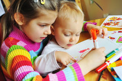 brat malująca siostra Zdjęcie Royalty Free