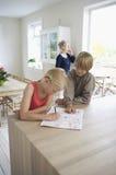 Brat Pomaga siostry W Jej pracie domowej obraz stock