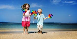 Brat siostry plaży więzi uczuciowa podróży Wakacyjny pojęcie Obraz Stock