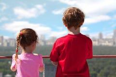Brat, siostry stojak dach wysoki budynek obrazy stock