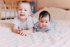 Brat, siostrzany kłamstwo z i rodzinna miłość, młody i stary zdjęcia stock