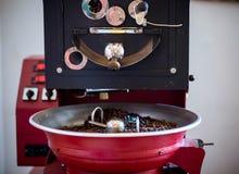 Brat- und mischender Röstkaffee in einem Röster lizenzfreies stockbild