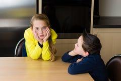Brata i siostry bój w kuchni obrazy stock