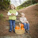 Brata i siostry dzieci na drewno krokach z bani Śpiewać Zdjęcia Stock