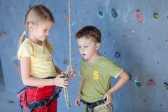 Brata i siostry pozycja blisko rockowej ściany dla wspinać się Obraz Stock