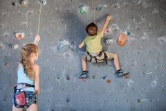 Brata i siostry pozycja blisko rockowej ściany dla wspinać się salowy Zdjęcie Stock