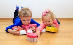 Brata i siostry rywalizaci pojęcie, sortuje teraźniejszość Zdjęcia Stock