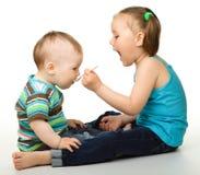 brata karmienie jej mała siostra Zdjęcia Stock