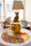 Bratapfel mit dem Honig schön verziert Stockfoto