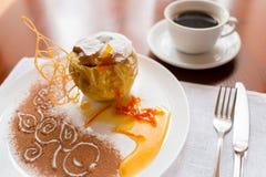 Bratapfel mit dem Honig schön verziert Stockfotografie