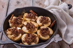 Bratapfel mit Nüssen, Honig und Hafer blättert ab stockbild