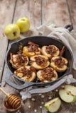 Bratapfel mit Nüssen, Honig und Hafer blättert ab lizenzfreie stockfotos