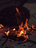 Bratedelkastanien über offenem Feuer nachts Stockfotografie