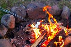 Brateibische für smores über einem bunten Lagerfeuer Stockbilder