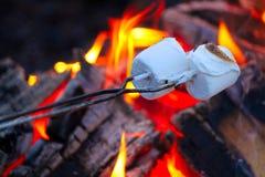 Brateibische für smores über einem bunten Lagerfeuer Stockfoto