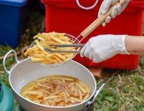 Braten der Kartoffel stockbild
