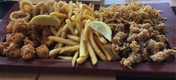 Braten des Fischteiges im Brot stockfotos