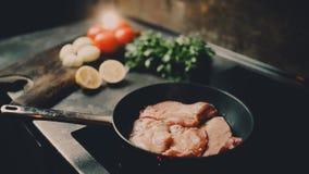 Braten des Hühnerdes weißen Fleisches und -gemüses stock footage