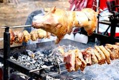 Braten des vollständigen Schweinefleisch auf Rotisserie Lizenzfreie Stockfotos