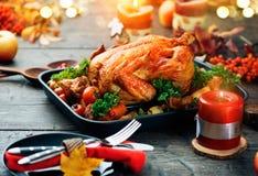 Braten die Türkei mit Gemüse- und Weinglas Gediente Tabelle mit gebratenem Truthahn stockbilder