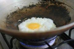 Braten eines Eies Lizenzfreie Stockfotografie