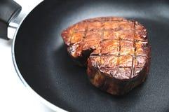 Braten eines Steaks stockfoto