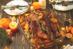 Braten-Ente in der China-Stadt Danksagungstabelle gedient mit dem Truthahn, verziert mit Rosmarin und Granatapfelsamen und -kerze lizenzfreies stockfoto