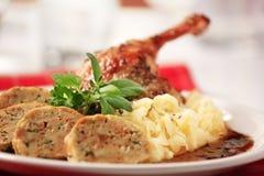 Braten-Ente mit Kohl-und Brot-Mehlklößen Stockfoto