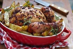 Braten-Huhn mit Kartoffeln Lizenzfreies Stockfoto