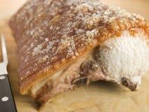 Braten-Lende des britischen Schweinefleisch mit Knistern Stockfotografie
