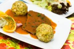 Braten-Rindfleisch mit Soße und Mehlklößen, Salat Stockfotografie