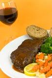 Braten-Rindfleisch-Steak mit Stangenbrot und Mischgemüse Stockbild