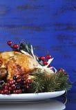 Braten Sie die Türkei auf dunkelblauem rustikalem hölzernem Hintergrund - Vertikale mit copyspace Stockfotos