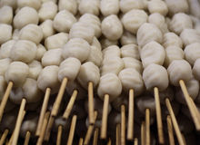 Braten Sie Fleischklöschen auf Aufsteckspindeln mit Essiggurken und gebratenen Kartoffeln Lizenzfreie Stockfotografie