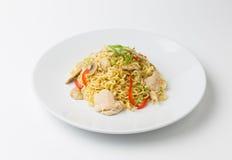 Braten Sie Nudeln mit Hühnerfleisch, Pilz und rotem spanischem Pfeffer an Lizenzfreies Stockfoto