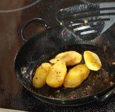 Braten von Kartoffeln Stockbild